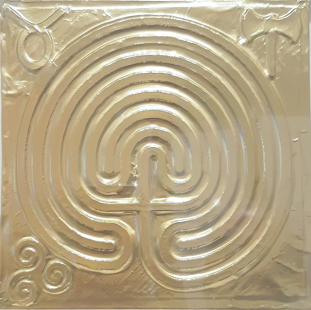 Labirinto cretese - questo labirinto monocorsuale deve il suo nome ad un ritrovamento archeologico in scavi nell'isola di Creta. Datato tra il VI ed il V secolo A.C. è stato poi riprodotto e ritrovato diffuso nel bacino mediterraneo, ai vertici i simboli della civiltà minoica - Claudio Bobbi - anno 2019