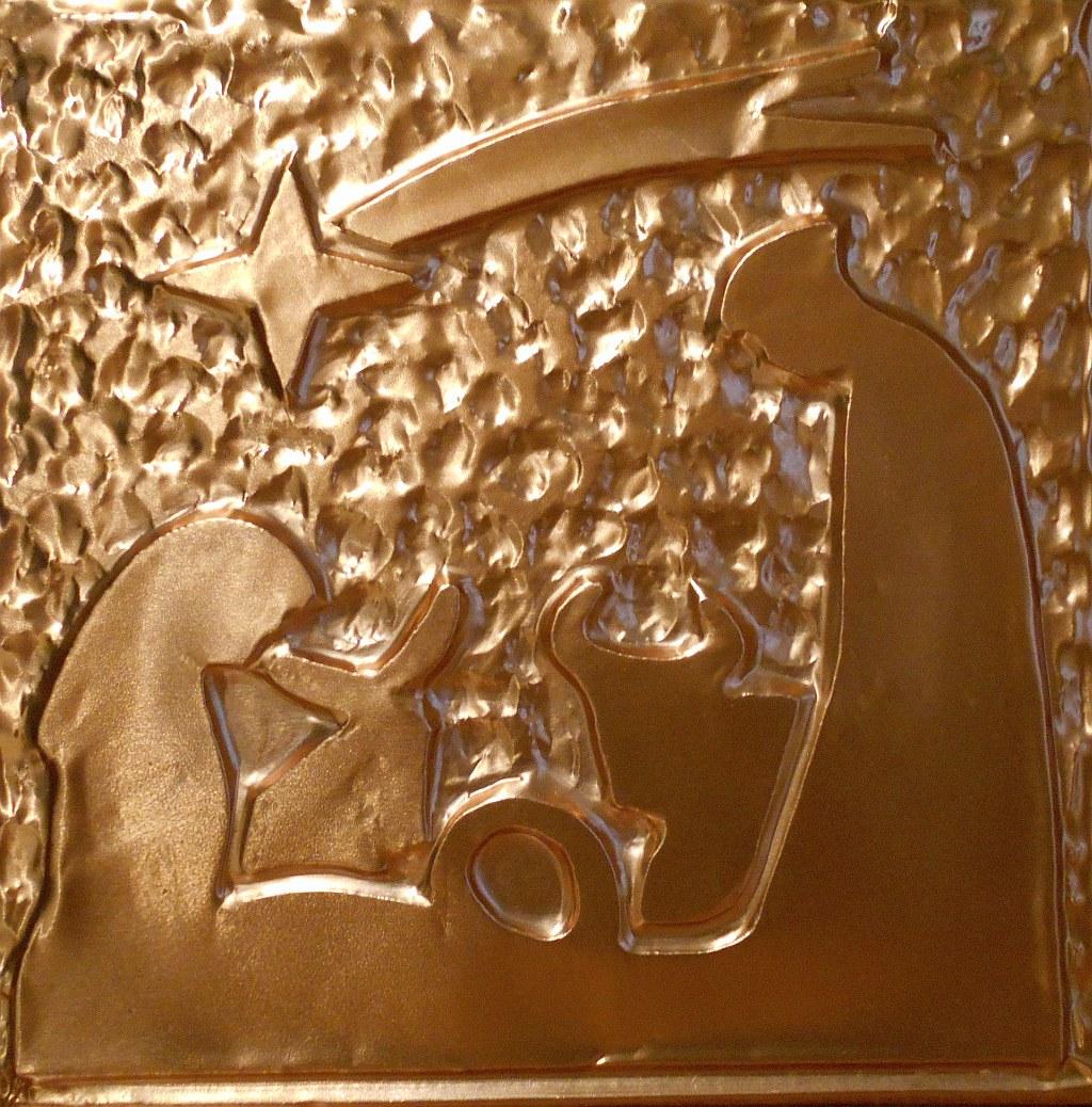 Presepe, raffigurazione iconografica della Sacra Famiglia riunita attorno al Bambino: Maria, Giuseppe, Gesù, il bue e l'asino - rame - Claudio Bobbi, 2019