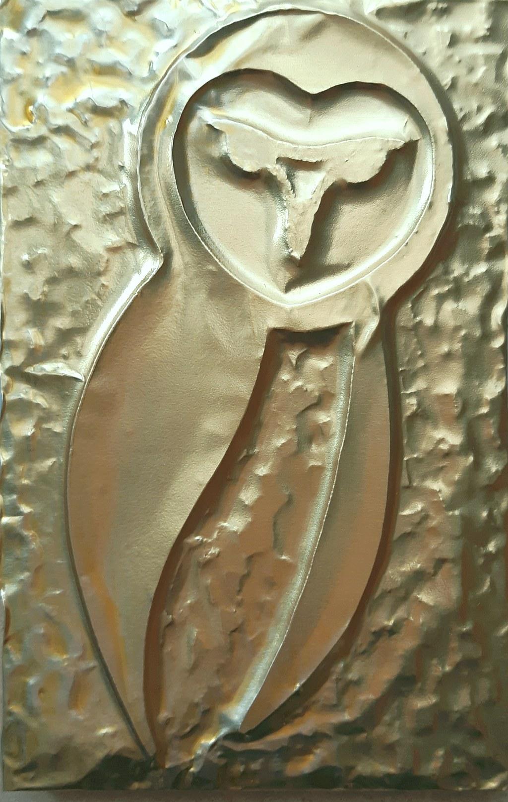 il Barbagianni - famelico predatore, capace di mangiare fino a tre topi al giorno, è gradito ospite degli agricoltori. Famoso per avere il volo più silenzioso fra tutti gli uccelli conosciuti, caccia nei terreni aperti ai margini dei boschi. Questo bassorilievo rappresenta il Barbagianni nella sua fisionomia - lamina di ottone - Claudio Bobbi - 2020