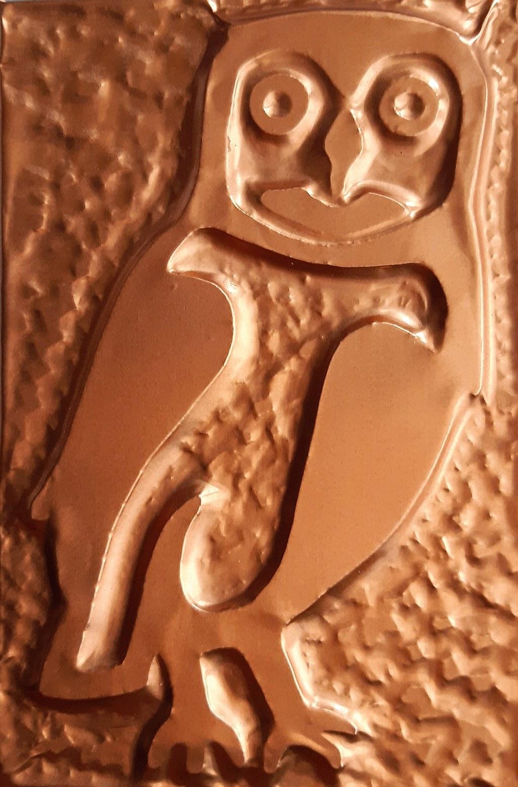 la Civetta - è considerata portatrice di fortuna ed oggetto di collezione; il bassorilievo rappresenta questo piccolo rapace insettivoro notturno nei suoi tratti essenziali, senza i ciuffi auricolari tipici del gufo - lamina di rame - Claudio Bobbi - 2020