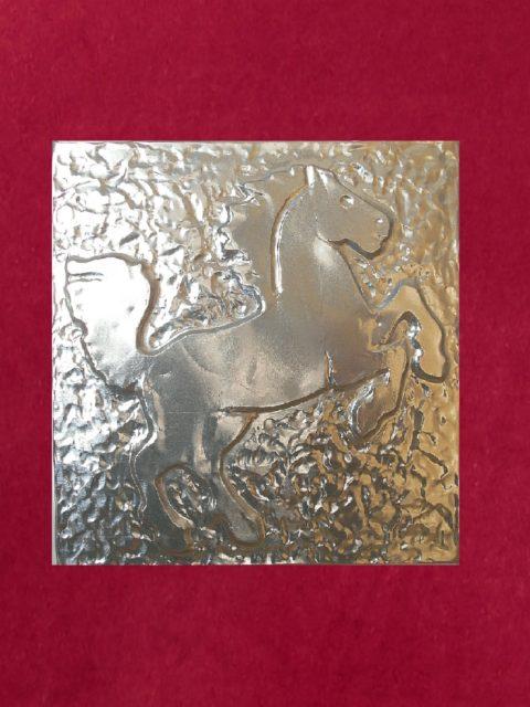 Cavallo Rampante - alluminio su velluto rosso cm 32 x 32