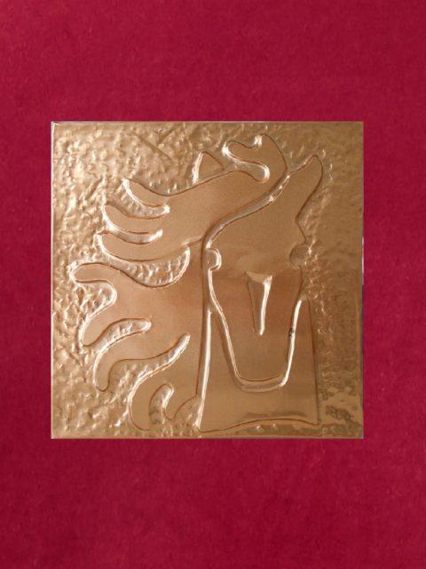 Cavallo di fronte - rame su velluto rosso cm 32 x 32
