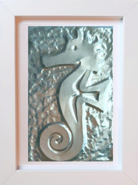 Cavalluccio Marino - alluminio in cornice bianca cm 15 x 20