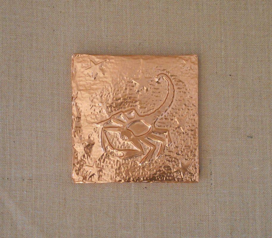 Esempio di segno zodiacale montato su pannello rivestito in juta
